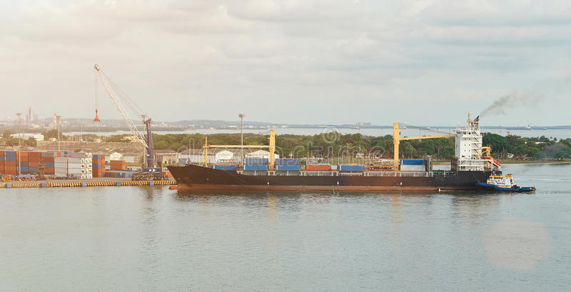 Φορτηγό πλοίο στο ναυπηγείο στοκ φωτογραφία