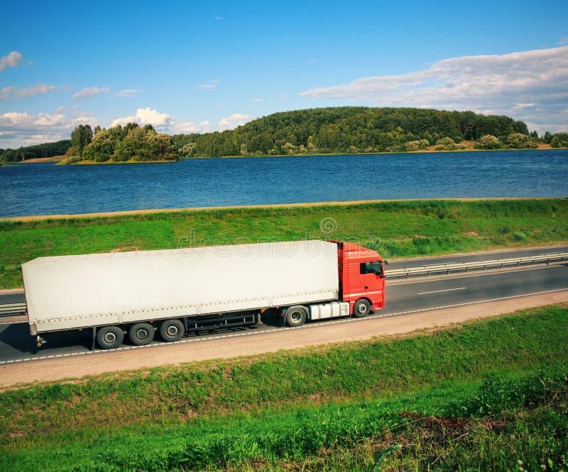 Φορτηγό σε έναν δρόμο στοκ εικόνα με δικαίωμα ελεύθερης χρήσης