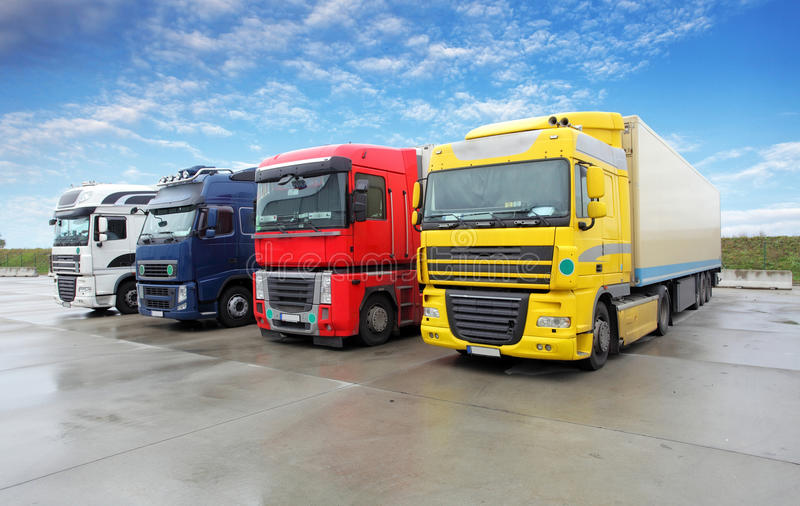 Φορτηγό στην αποθήκη εμπορευμάτων - μεταφορά φορτίου στοκ εικόνες με δικαίωμα ελεύθερης χρήσης