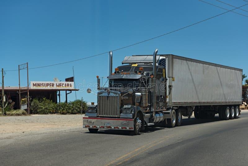 Φορτηγό στην εθνική οδό 1 κοντά στο San Jose, Κόστα Ρίκα στοκ φωτογραφία με δικαίωμα ελεύθερης χρήσης
