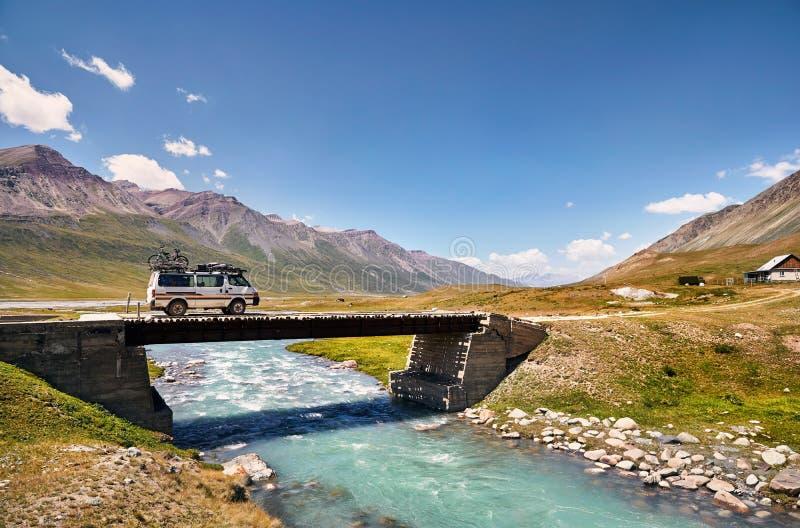Φορτηγό στη γέφυρα στοκ εικόνα με δικαίωμα ελεύθερης χρήσης