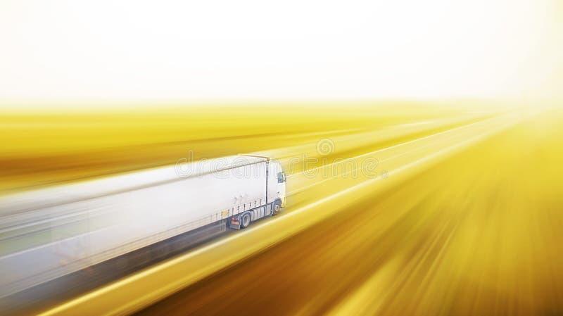 Φορτηγό στη θαμπάδα οδικών κινήσεων ασφάλτου στοκ φωτογραφίες με δικαίωμα ελεύθερης χρήσης