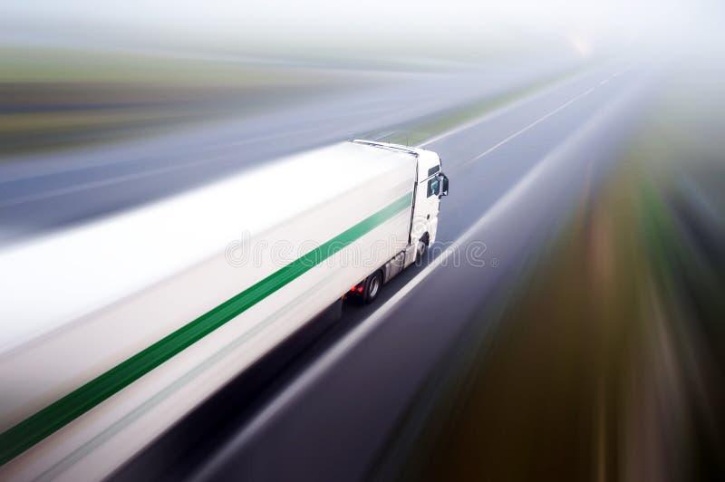 Φορτηγό στη θαμπάδα οδικών κινήσεων ασφάλτου στοκ φωτογραφίες