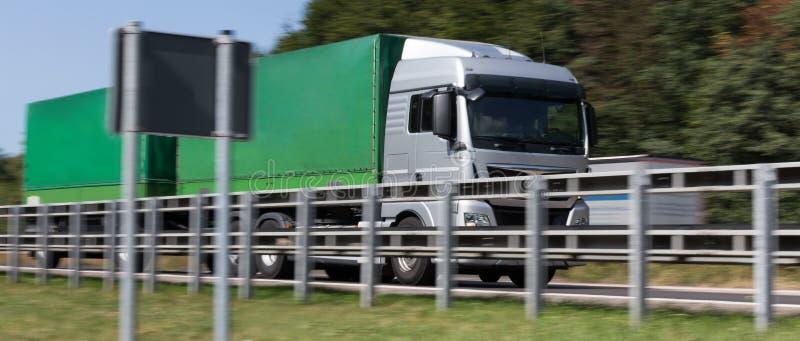 Φορτηγό στη θαμπάδα ταχύτητας εθνικών οδών στοκ φωτογραφίες