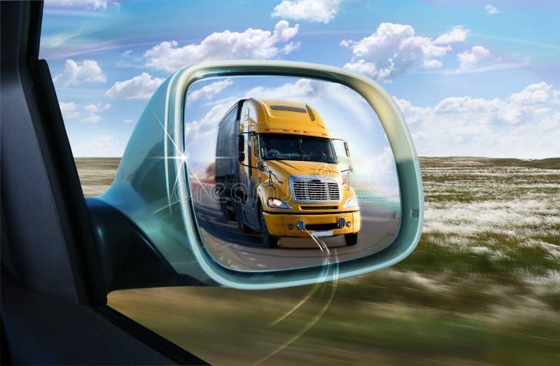Φορτηγό στον οπισθοσκόπο καθρέφτη στοκ εικόνες