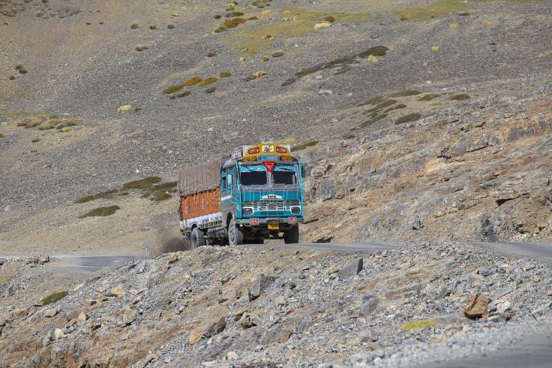 Φορτηγό στο δρόμο manali-Leh μεγάλου υψομέτρου στην κοιλάδα Lahaul, κατάσταση Himachal Pradesh, ινδικά Ιμαλάια, Ινδία στοκ φωτογραφίες