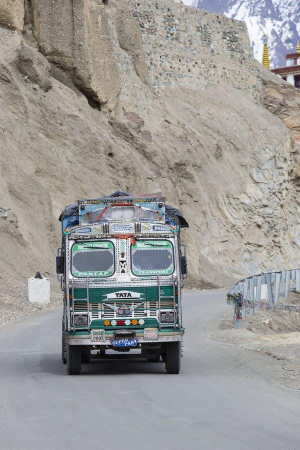Φορτηγό στο μεγάλο υψόμετρο Σπίναγκαρ - το δρόμο Leh Lamayuru, Ινδία στοκ φωτογραφία με δικαίωμα ελεύθερης χρήσης