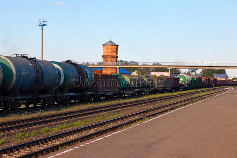 Φορτηγό τρένο με τα αυτοκίνητα βυτιοφόρων στοκ φωτογραφίες