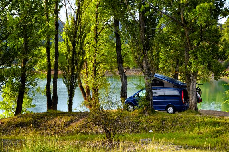 Φορτηγό τροχόσπιτων που σταθμεύουν κάτω από τα δέντρα στοκ φωτογραφία με δικαίωμα ελεύθερης χρήσης