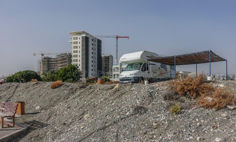 Φορτηγό τροχόσπιτων που σταθμεύουν κοντά στην παραλία στοκ φωτογραφία με δικαίωμα ελεύθερης χρήσης