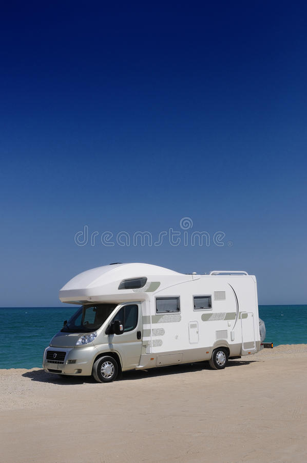 Φορτηγό τροχόσπιτων στην παραλία στοκ εικόνες με δικαίωμα ελεύθερης χρήσης