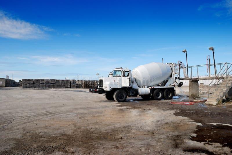 Φορτηγό τσιμέντου και φραγμοί 1 της Cinder στοκ φωτογραφίες
