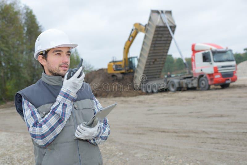 Φορτηγό φόρτωσης με το αμμοχάλικο στοκ εικόνα με δικαίωμα ελεύθερης χρήσης