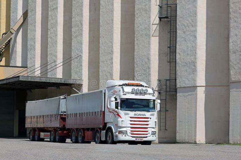 Φορτηγό Scania R560 έξω από έναν σιτοβολώνα στοκ εικόνες