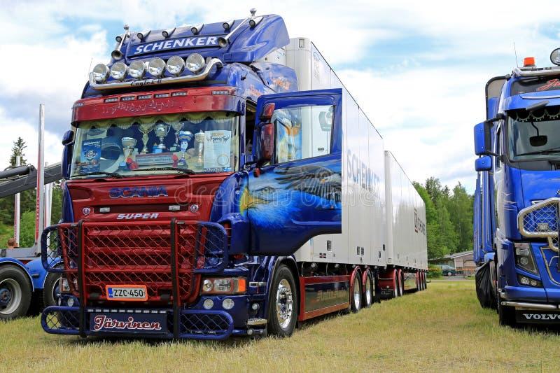Φορτηγό Scania R560 και πλήρες ρυμουλκό με το έργο τέχνης στοκ εικόνες με δικαίωμα ελεύθερης χρήσης