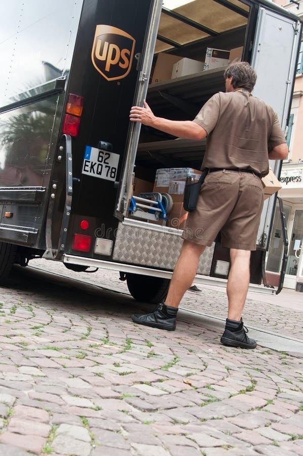 Φορτηγό UPS και άτομο παράδοσης στοκ φωτογραφίες με δικαίωμα ελεύθερης χρήσης
