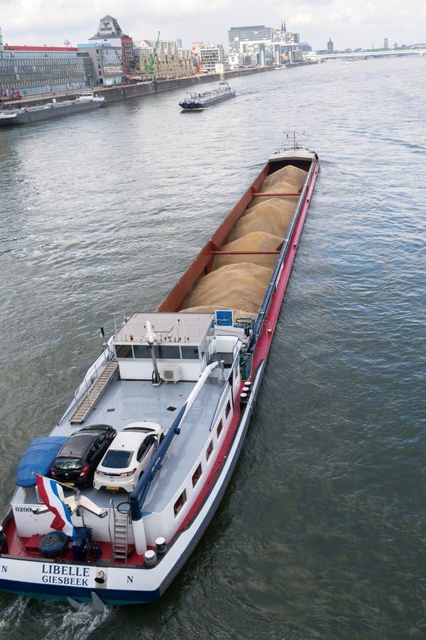 Φορτηγών πλοίων μαζικό φορτίων ποταμών του Ρήνου Κολωνία Γερμανία νερό αγαθών μεταφορών βιομηχανικό στοκ εικόνες