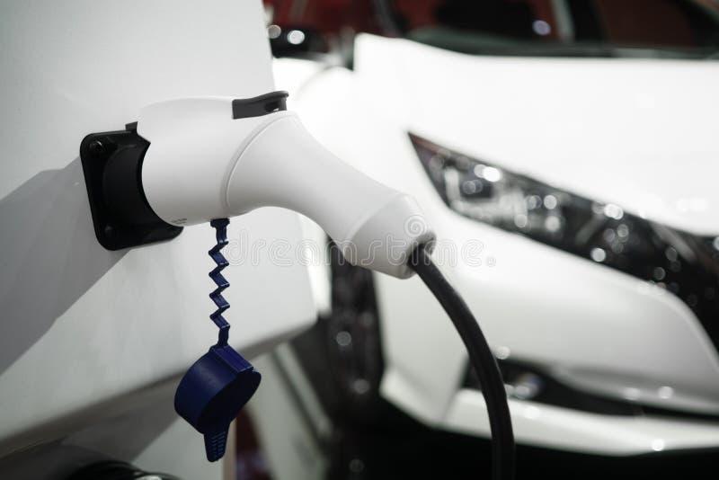 Φορτιστής μπαταριών κινηματογραφήσεων σε πρώτο πλάνο για το ηλεκτρικό αυτοκίνητο Αυτοκίνητο της EV ή ηλεκτρικό αυτοκίνητο στοκ εικόνες