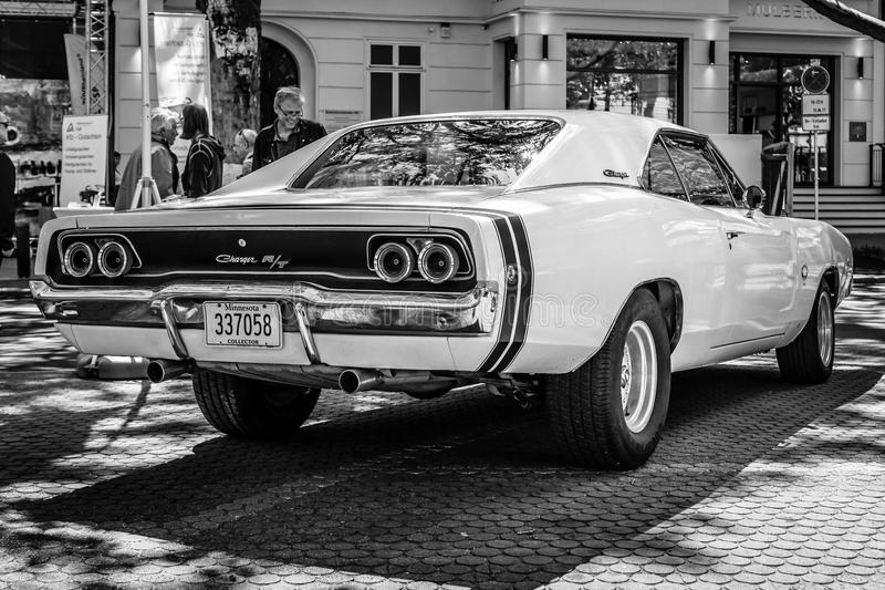 Φορτιστής R/T, 1968 τεχνάσματος αυτοκινήτων μέσος-μεγέθους απομονωμένο οπισθοσκόπο λευκό μαύρο λευκό στοκ εικόνες