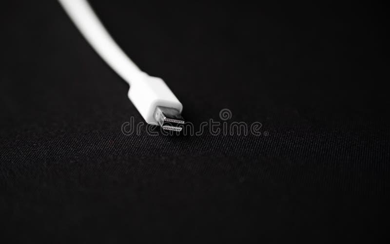 Φορτιστής USB για το τηλέφωνο στο μαύρο backgorund Απομονωμένη εικόνα στοκ εικόνα