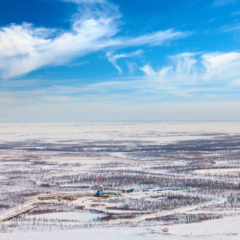 Φορτωτήρας και δρόμος πετρελαίου tundra, άποψη άνωθεν στοκ εικόνες