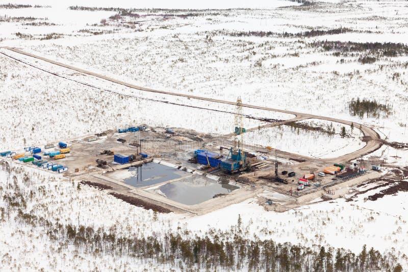Φορτωτήρας και δρόμος πετρελαίου tundra, άποψη άνωθεν στοκ φωτογραφίες με δικαίωμα ελεύθερης χρήσης