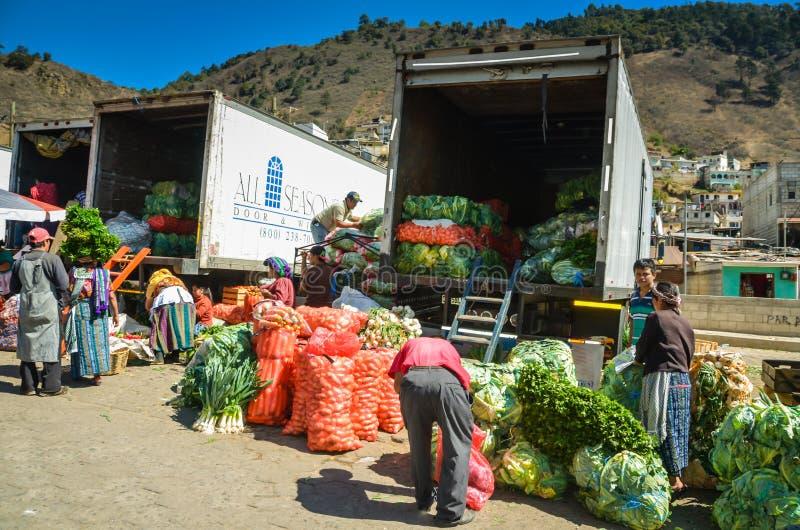 Φορτώνοντας φορτηγά προϊόντων - Γουατεμάλα στοκ εικόνες με δικαίωμα ελεύθερης χρήσης