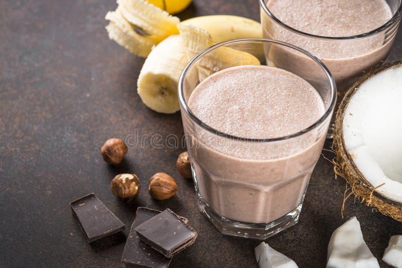 Φουντούκι καρύδων μπανανών σοκολάτας milkshake ή καταφερτζής στοκ φωτογραφίες