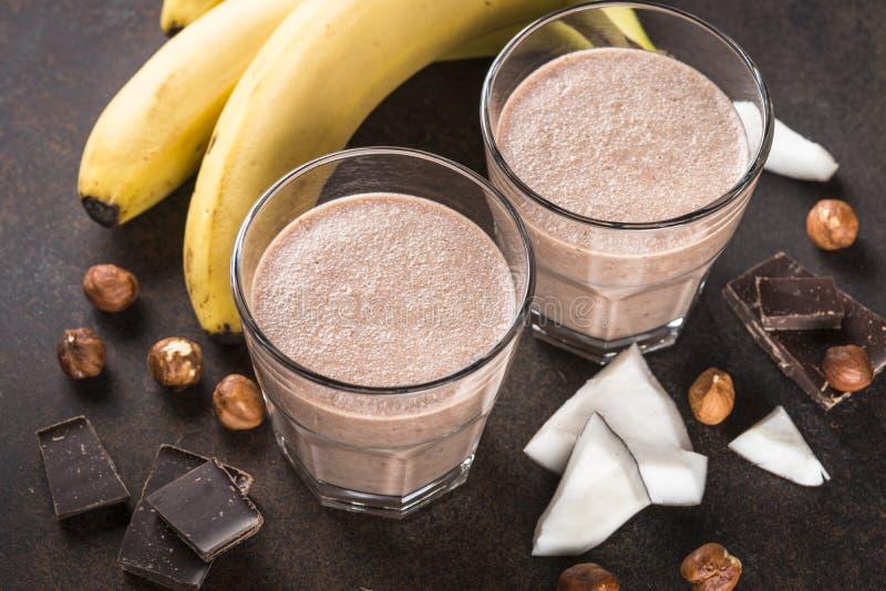 Φουντούκι καρύδων μπανανών σοκολάτας milkshake ή καταφερτζής στοκ εικόνες