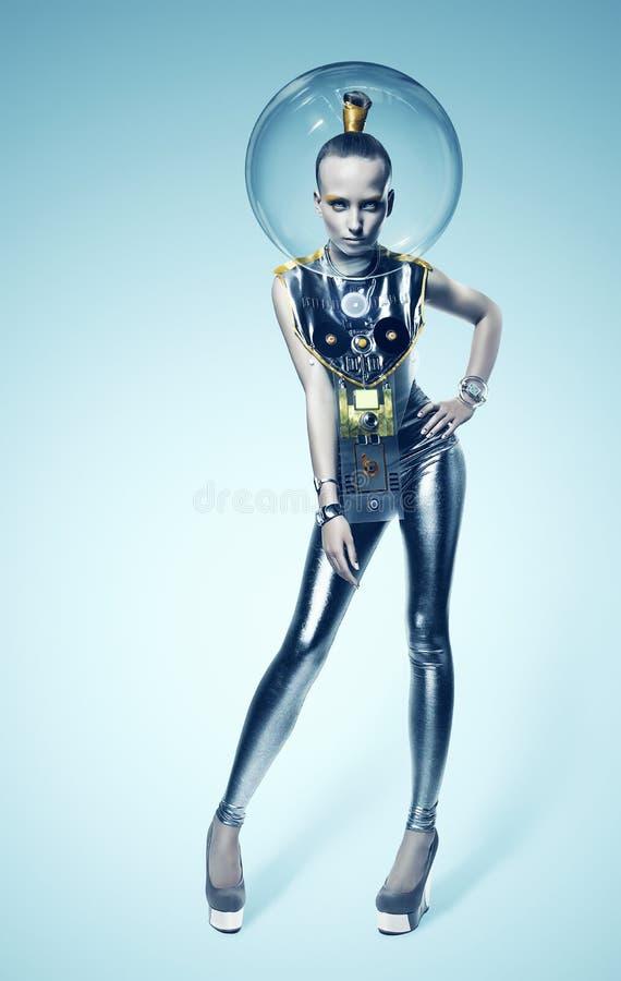 Φουτουριστική γυναίκα cyborg στο ασημένια κοστούμι και το κράνος στοκ φωτογραφία με δικαίωμα ελεύθερης χρήσης