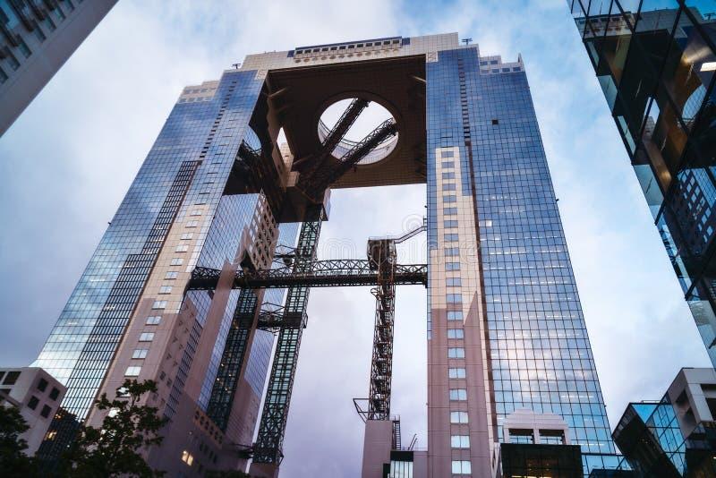 Φουτουριστικό κτήριο ουρανού Umeda δίδυμων πύργων στην Οζάκα, Ιαπωνία στοκ εικόνα