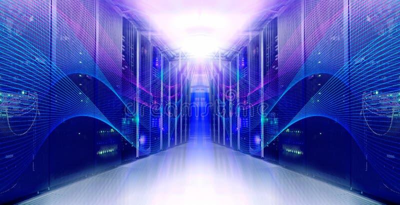 Φουτουριστικό σύγχρονο συμμετρικό δωμάτιο κεντρικών υπολογιστών στο κέντρο δεδομένων στοκ φωτογραφίες