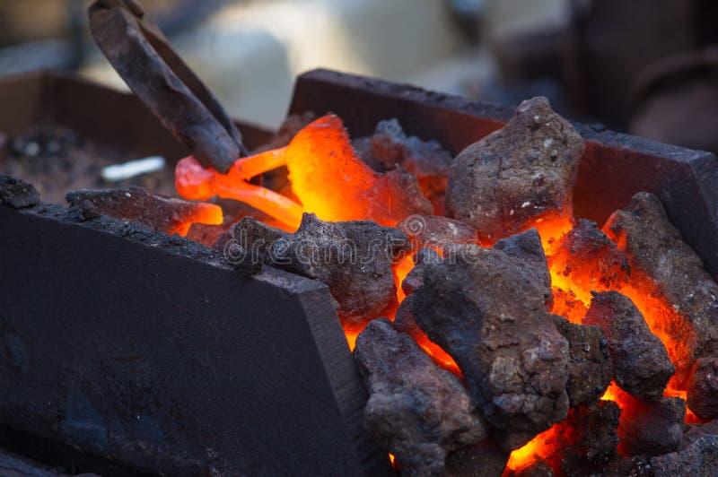 φούρνος σιδηρουργών με το κάψιμο των ανθράκων, εργαλεία, και την πυράκτωση των καυτών κομματιών προς κατεργασία μετάλλων στοκ εικόνες με δικαίωμα ελεύθερης χρήσης