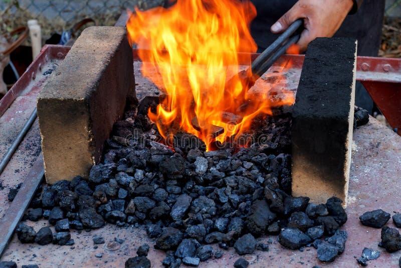 Φούρνος σιδηρουργών με το κάψιμο των ανθράκων στοκ εικόνες