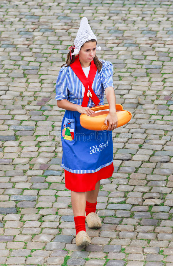 Φολκλορικό ντυμένο κορίτσι σε μια αγορά τυριών, γκούντα, Κάτω Χώρες στοκ εικόνες