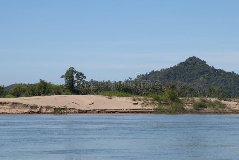 Φράγμα άμμου σε εκβολή ποταμού στη μέση mekong του ποταμού στοκ εικόνες