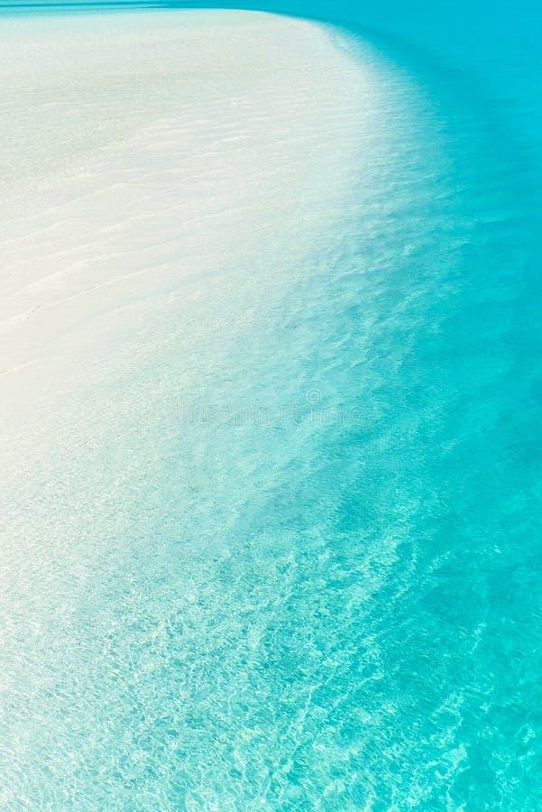 Φράγμα άμμου σε εκβολή ποταμού τυρκουάζ σε ειρηνικό στοκ φωτογραφία