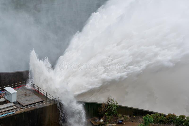 Φράγμα με την πόρτα υδροφράκτη, φράγμα με την υπερχείλιση νερού στοκ φωτογραφία με δικαίωμα ελεύθερης χρήσης