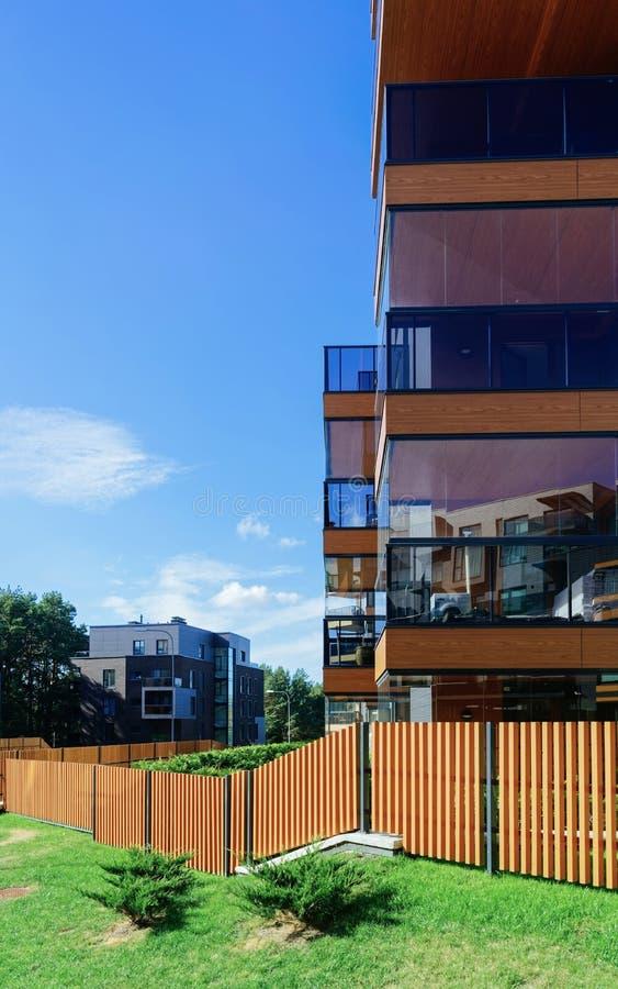 Φράκτης ευρωπαϊκό αρχιτεκτονικό σε σύνθετο των κατοικημένων κτηρίων διαμερισμάτων στοκ εικόνα