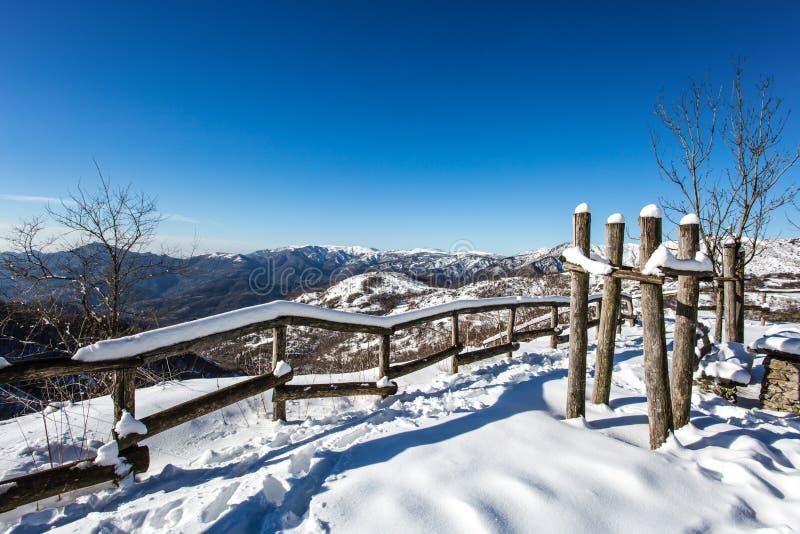 Φράκτης και δέντρα πάγκων πάρκων που καλύπτονται από τη ισχυρή χιονόπτωση στοκ φωτογραφία με δικαίωμα ελεύθερης χρήσης