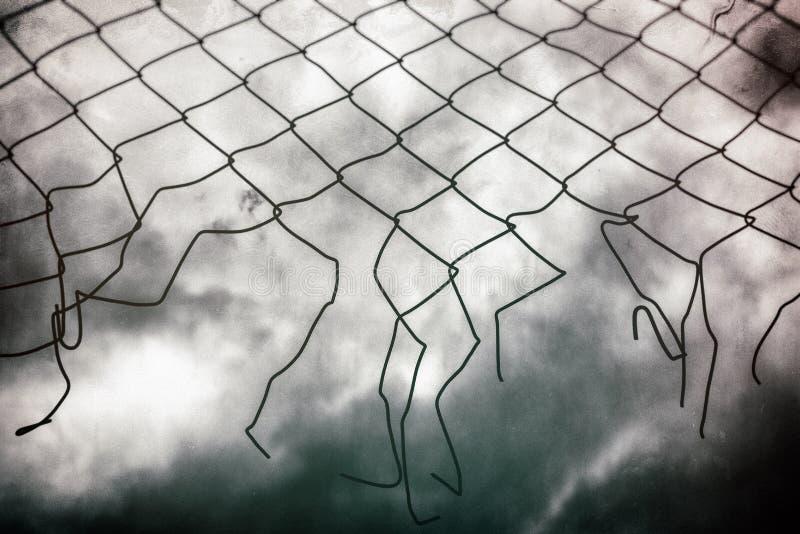 Φράκτης και σκοτεινός ουρανός Ελευθερία στοκ φωτογραφία με δικαίωμα ελεύθερης χρήσης