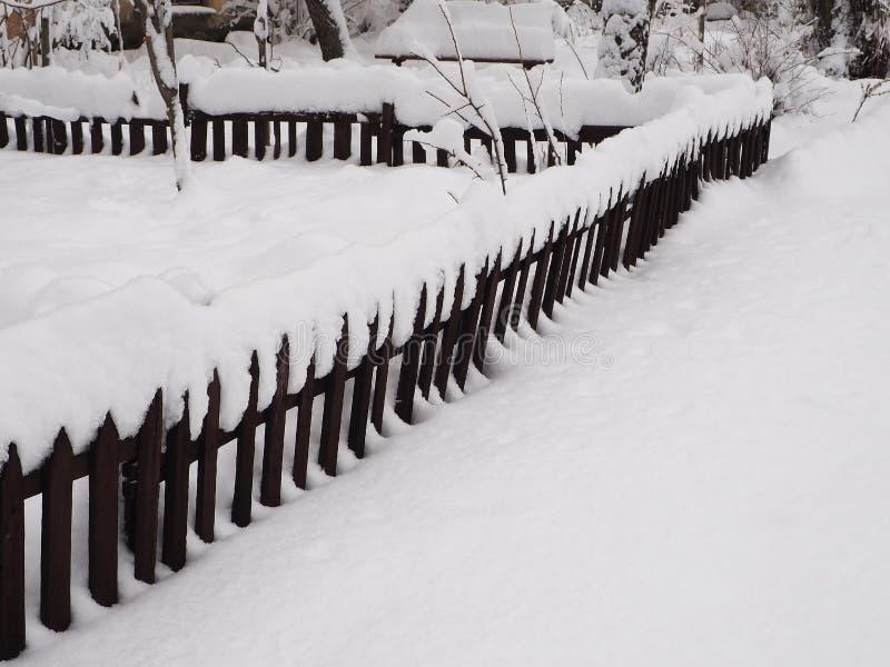 Φράκτης που καλύπτεται παλαιός στο χιόνι στοκ εικόνες