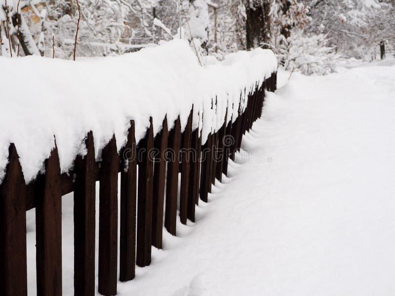 Φράκτης που καλύπτεται παλαιός στο χιόνι στοκ φωτογραφία