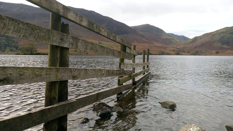 Φράκτης στη λίμνη στοκ εικόνες