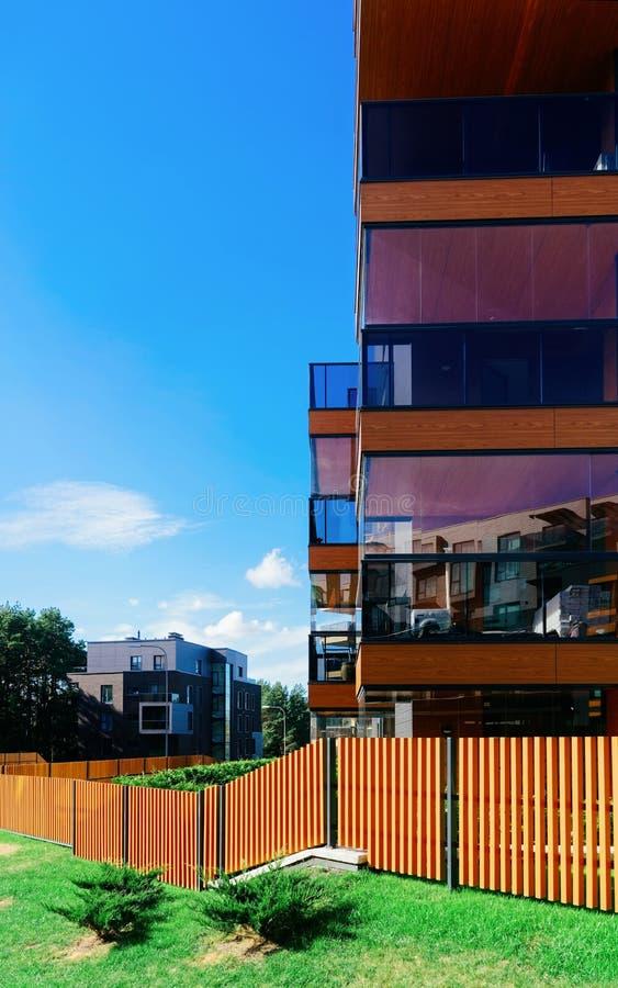 Φράκτης στις ευρωπαϊκές αρχιτεκτονικές σύνθετες πολυκατοικίες ??? ??????? στοκ φωτογραφίες με δικαίωμα ελεύθερης χρήσης