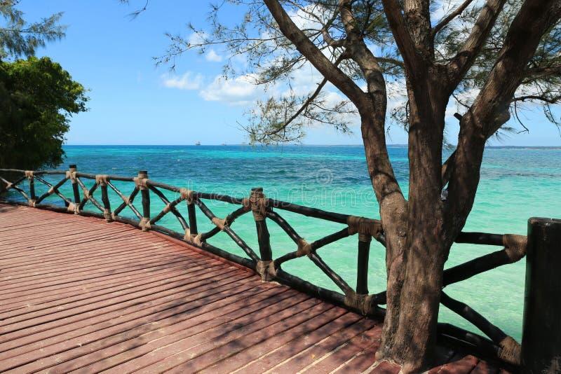 Φράκτης της ξύλινης γέφυρας στην ακροθαλασσιά στοκ εικόνες με δικαίωμα ελεύθερης χρήσης
