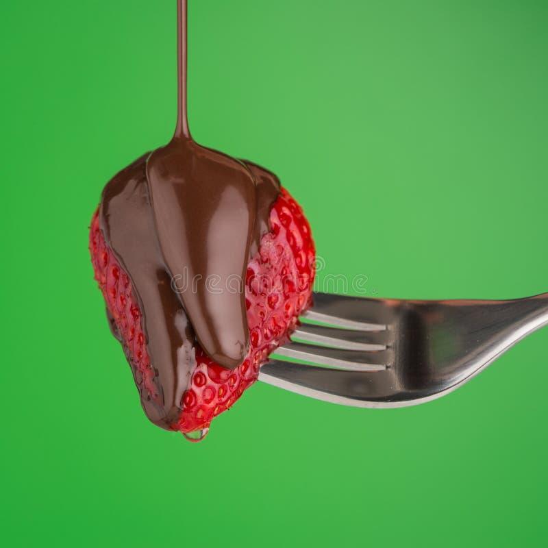 Φράουλα και σοκολάτα σε ένα δίκρανο στοκ εικόνες
