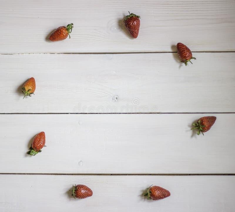 Φράουλα σε ένα ξύλινο υπόβαθρο r στοκ φωτογραφία με δικαίωμα ελεύθερης χρήσης