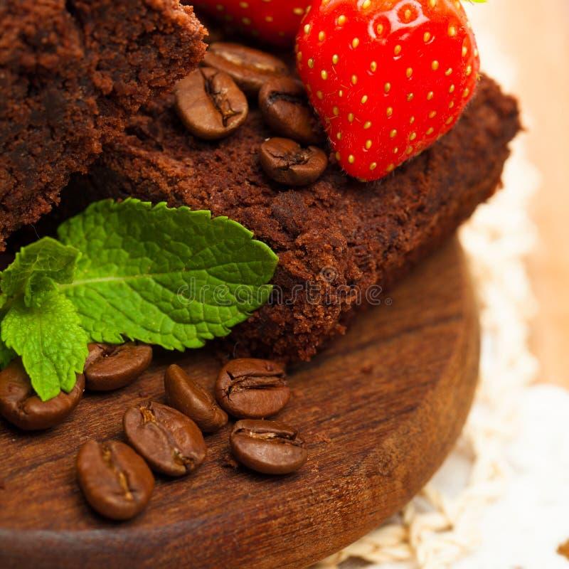 Φράουλα στο κέικ σοκολάτας με το πράσινο σιτάρι καφέ φύλλων στοκ εικόνες με δικαίωμα ελεύθερης χρήσης