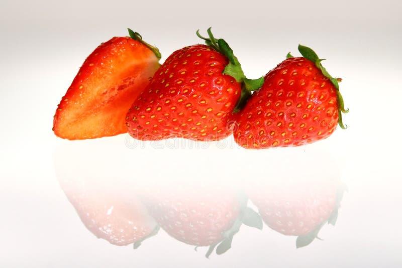 Φράουλες, ακόμα ζωή στο άσπρο υπόβαθρο στοκ εικόνες